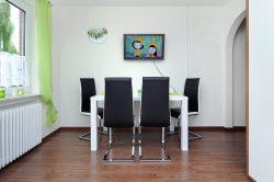 Esszimmer, Tisch mit TV